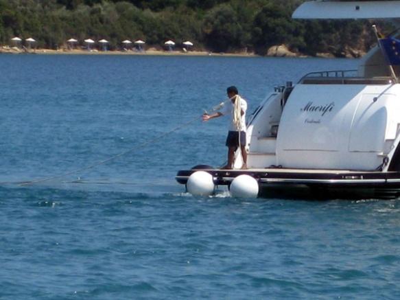 Motorboot-mit-Leine
