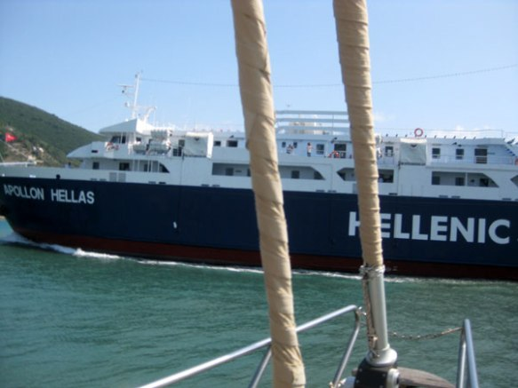 Faehre-verlaesst-den-Hafen